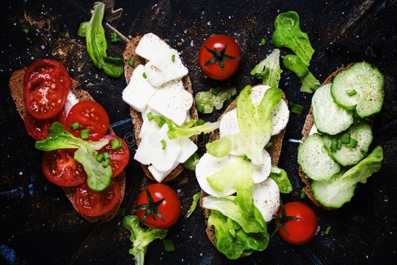 Bruschetta mit Tomaten, Gurken, Käse und Kopfsalat, Spitze konkurrieren lizenzfreie stockfotos