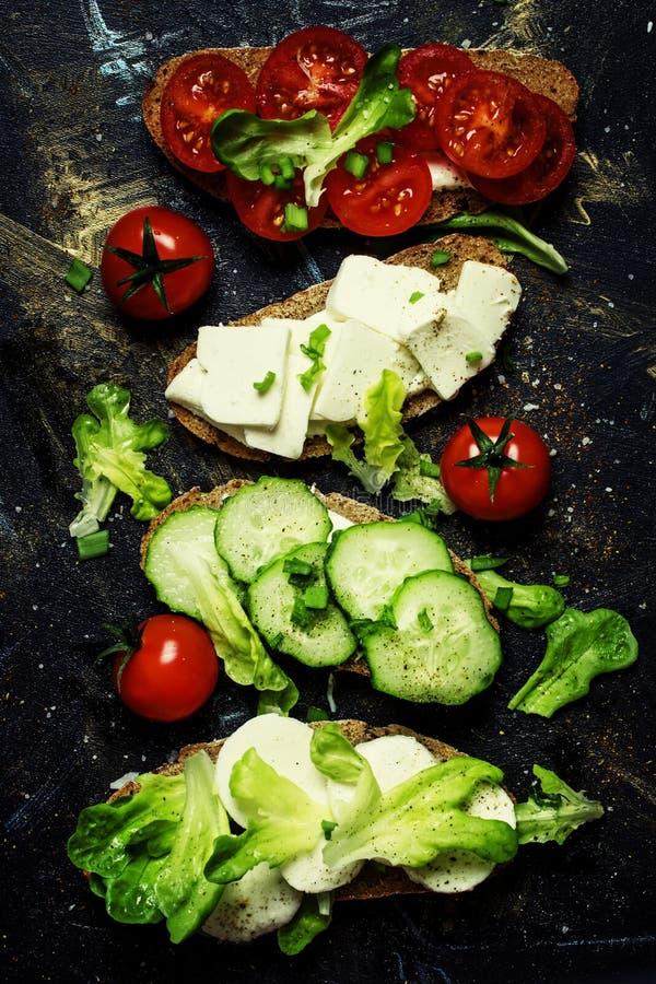 Bruschetta mit Tomaten, Gurken, Käse und Kopfsalat, Spitze konkurrieren lizenzfreies stockbild