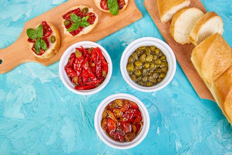 Bruschetta o crostini con i pomodori ed i capperi seccati al sole fotografie stock libere da diritti