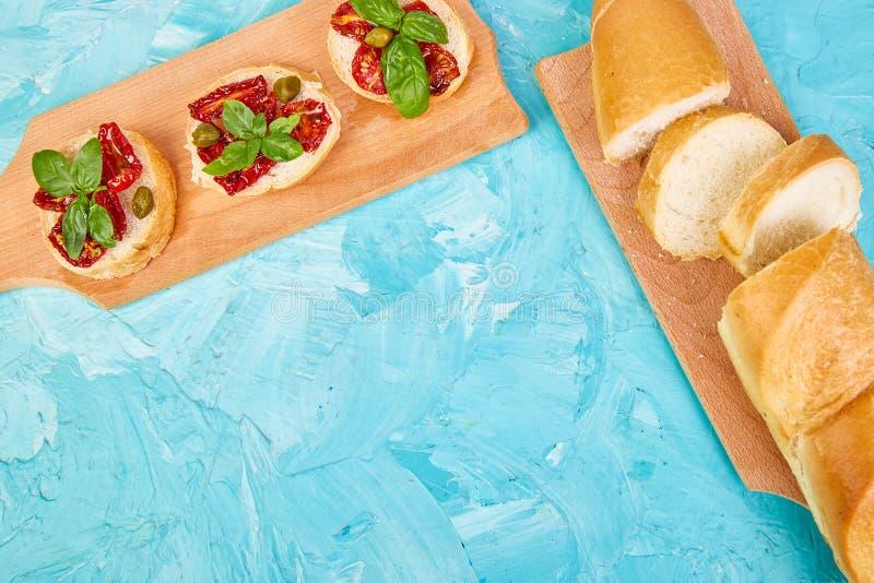 Bruschetta ou o crostini com sol secaram tomates e alcaparras foto de stock royalty free