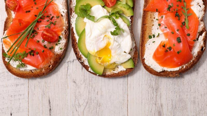 Bruschetta, pan con los salmones fotos de archivo