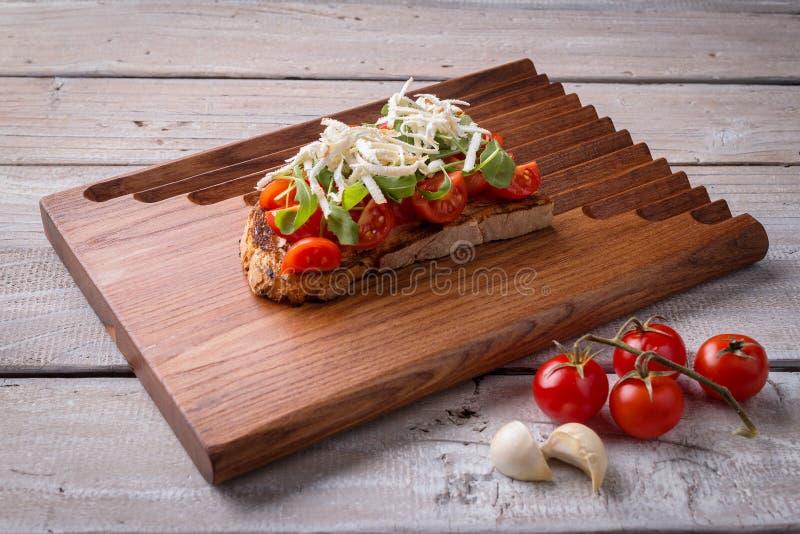 Bruschetta sabroso de los tomates fotografía de archivo
