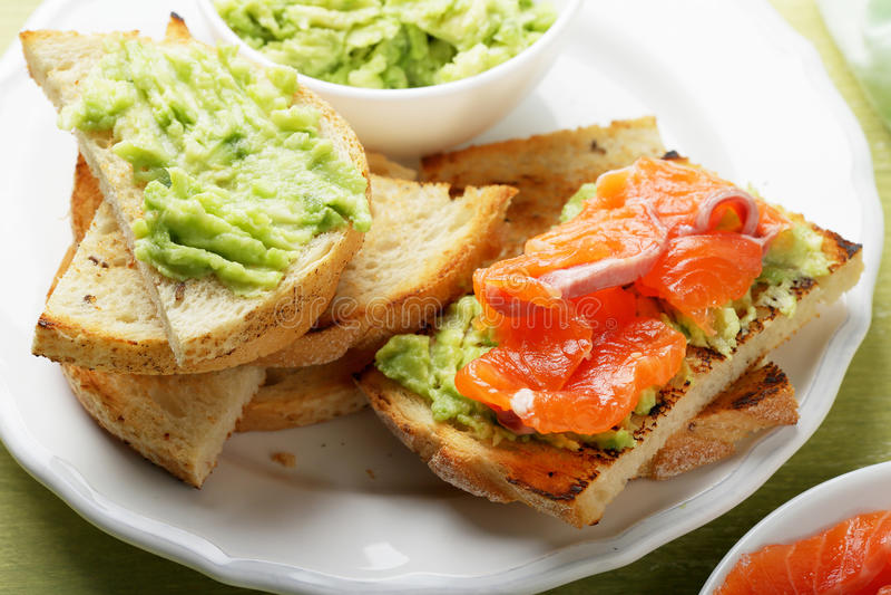 Bruschetta z łososia i avocado kumberlandem zdjęcia stock