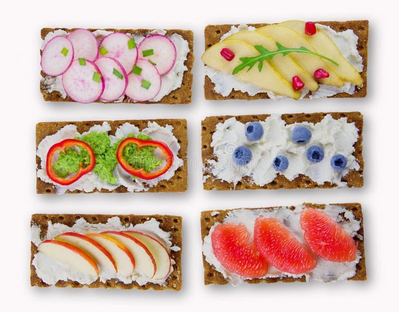 Bruschetta z kremowym serem, świeżymi jagody, owoc i veget, obrazy stock