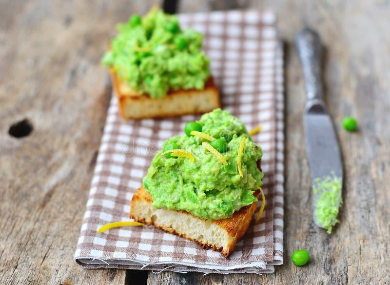 Bruschetta z zielonym grochem zdjęcie stock