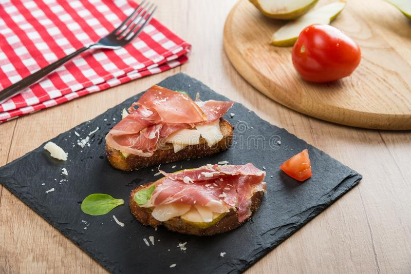 Bruschettas med ost, prosciutto royaltyfria foton