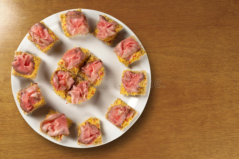 Bruschettas med prosciutto rökt kött, torkade tomater royaltyfri foto