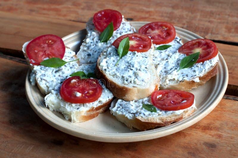 Bruschettasandwich met tomaat i van de geitkaas thyme stock fotografie