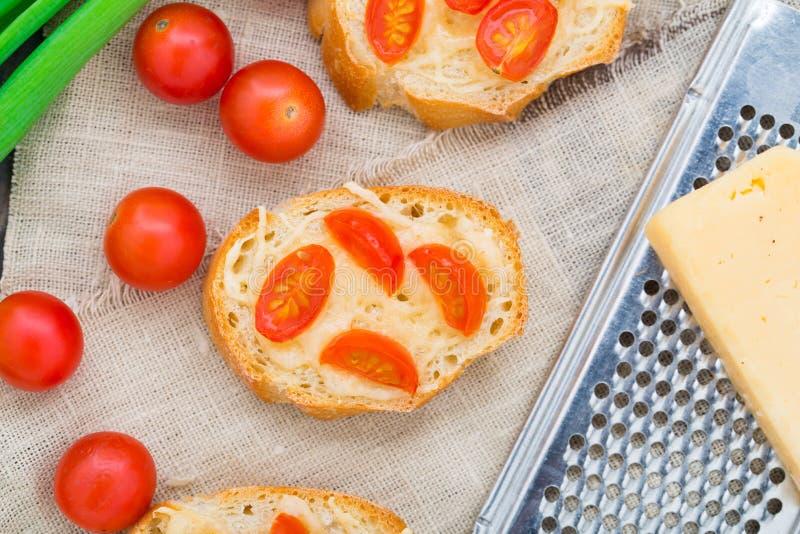 Bruschette avec des tomates-cerises photographie stock libre de droits