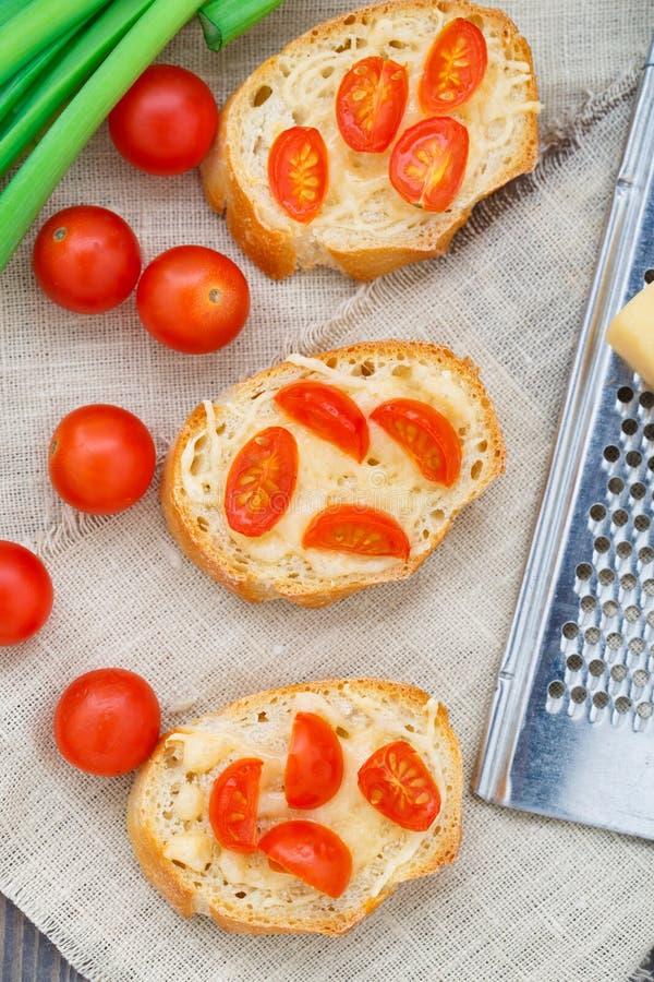 Bruschette avec des tomates-cerises photographie stock