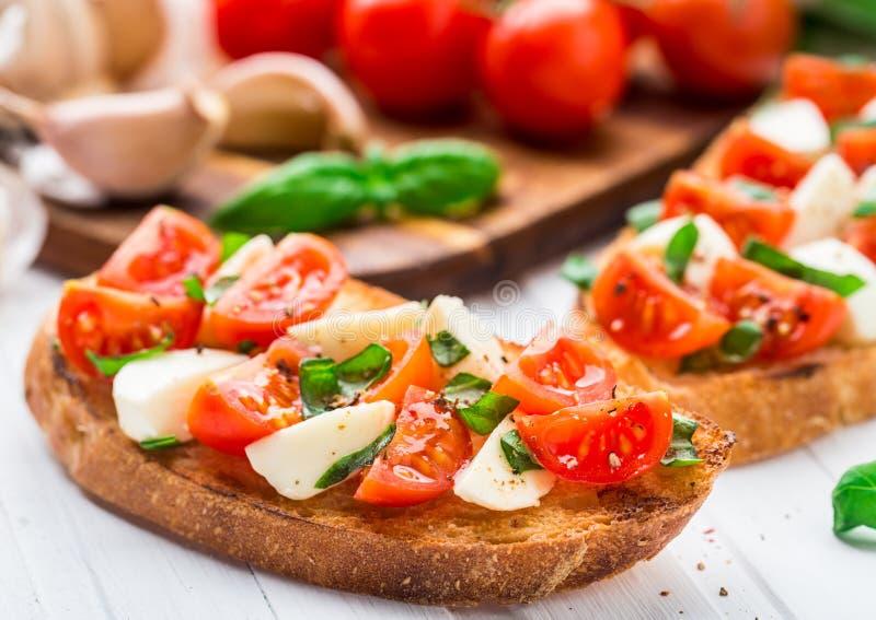 Bruschette avec la tomate-cerise et le mozzarella images stock