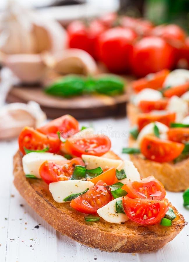 Bruschette avec la tomate-cerise et le mozzarella image libre de droits