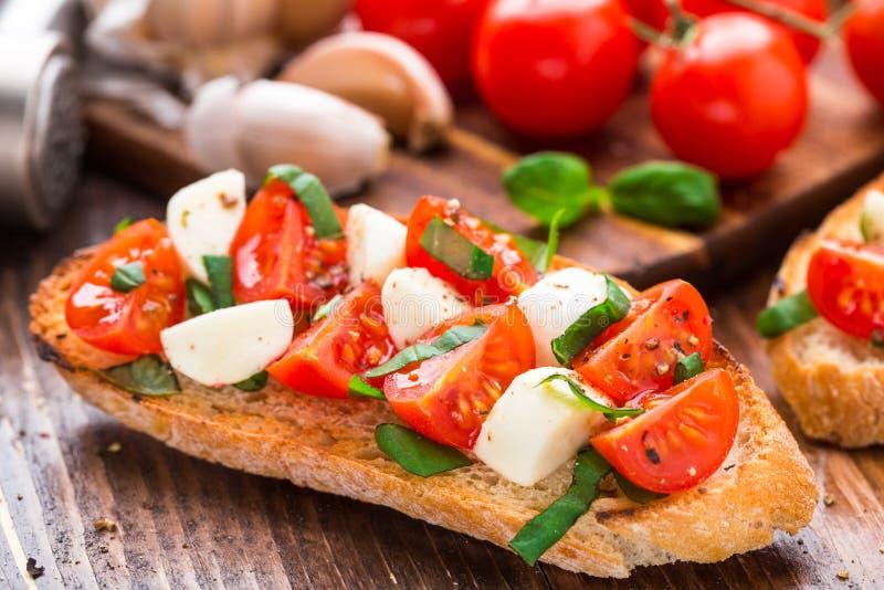 Bruschette avec la tomate-cerise et le mozzarella photo stock