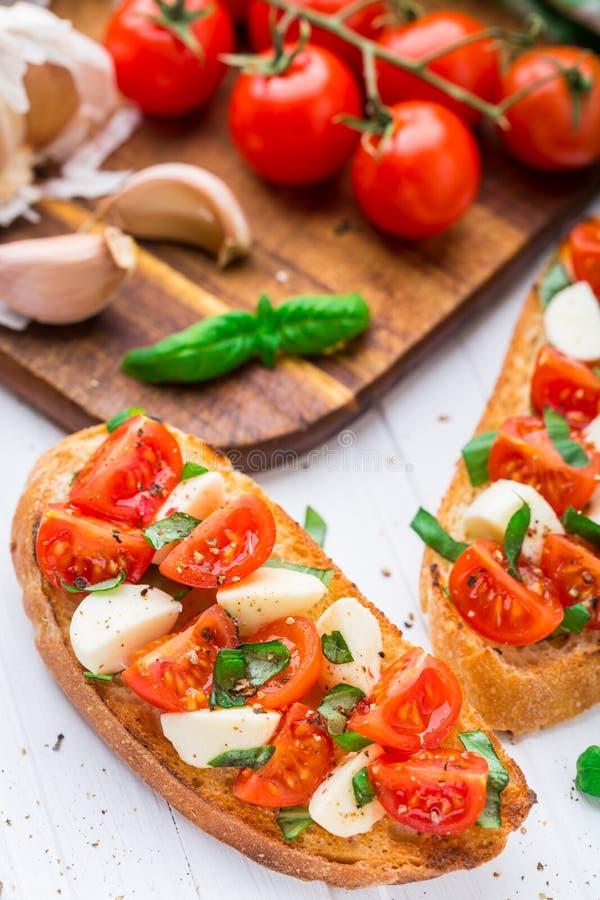 Bruschette avec la tomate-cerise et le mozzarella photos libres de droits