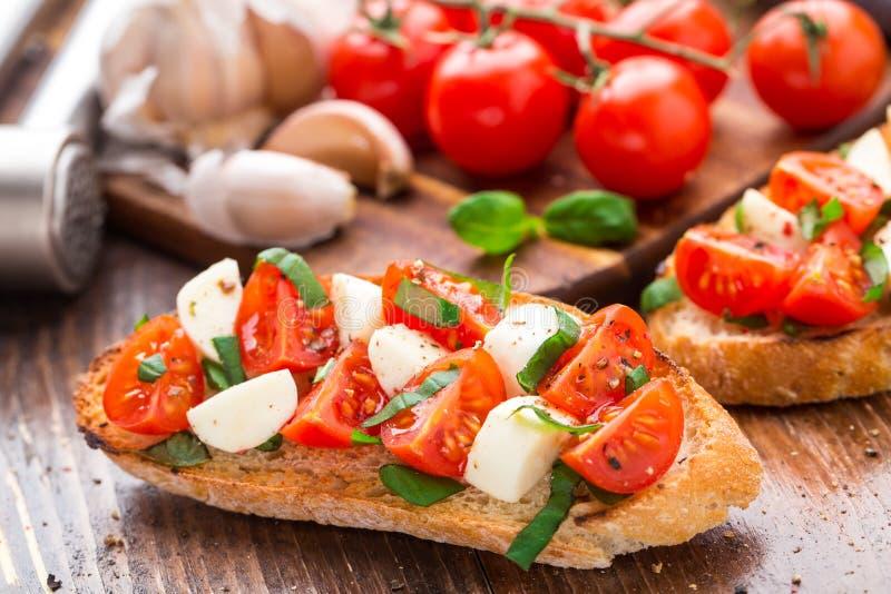 Bruschette avec la tomate-cerise et le mozzarella photos stock