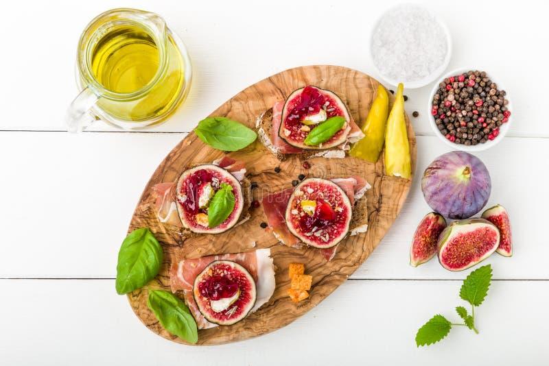 Bruschette avec les figues et le jambon photo libre de droits