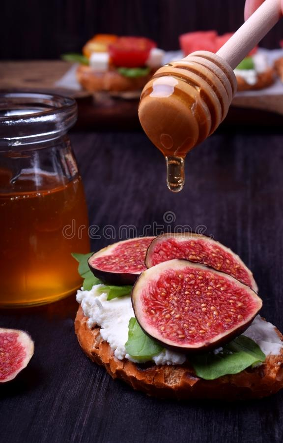 Bruschette avec les figues, le fromage à pâte molle et l'arugula photos stock