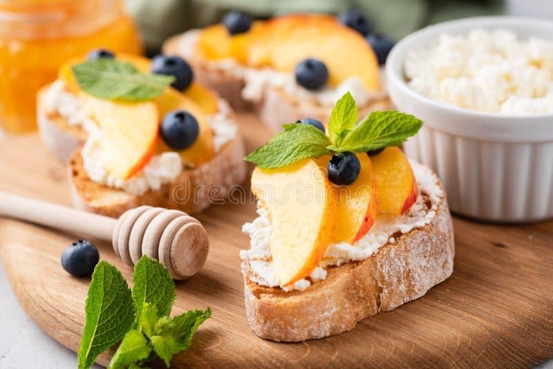 Bruschette avec les fruits et le fromage à pâte molle photos stock