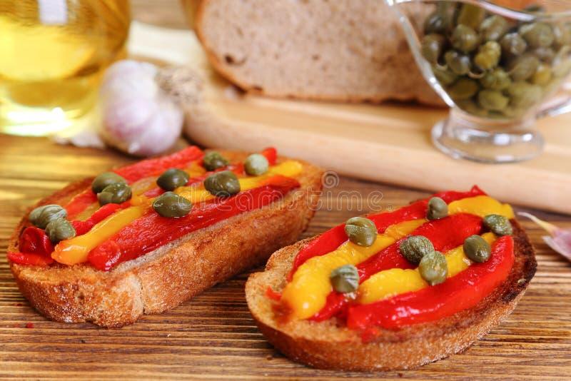 Bruschette avec les poivrons et les câpres grillés photographie stock libre de droits