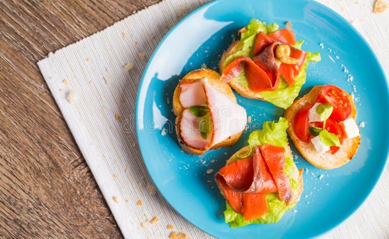 Bruschette avec les saumons et le lard image stock