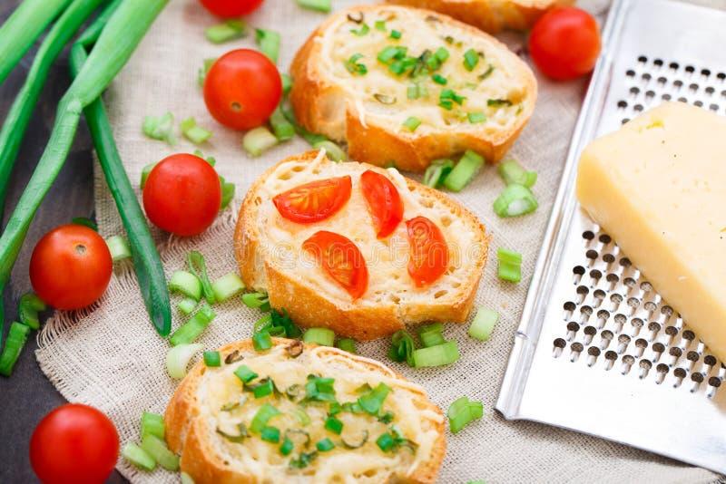 Bruschette avec les tomates-cerises et l'oignon blanc photographie stock libre de droits
