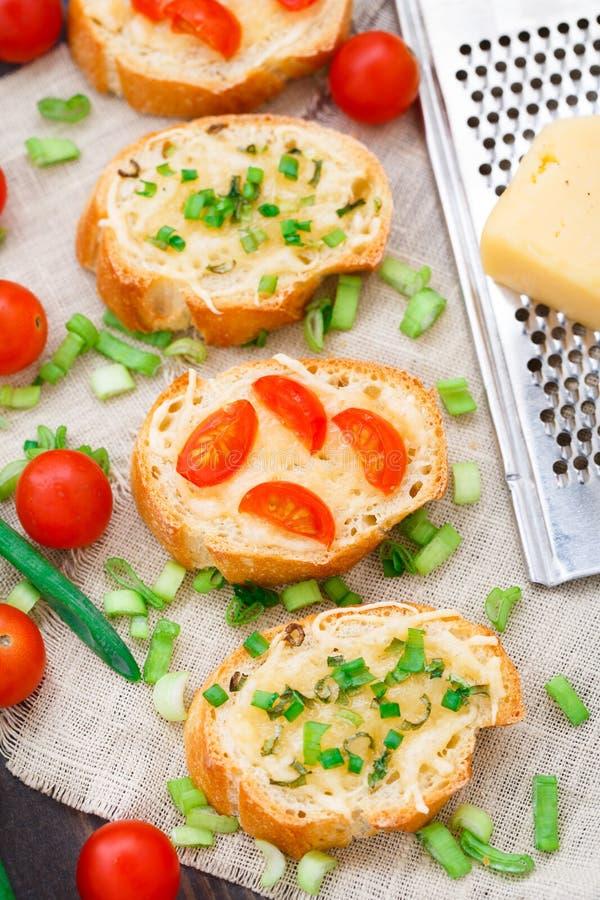 Bruschette avec les tomates-cerises et l'oignon blanc photo libre de droits