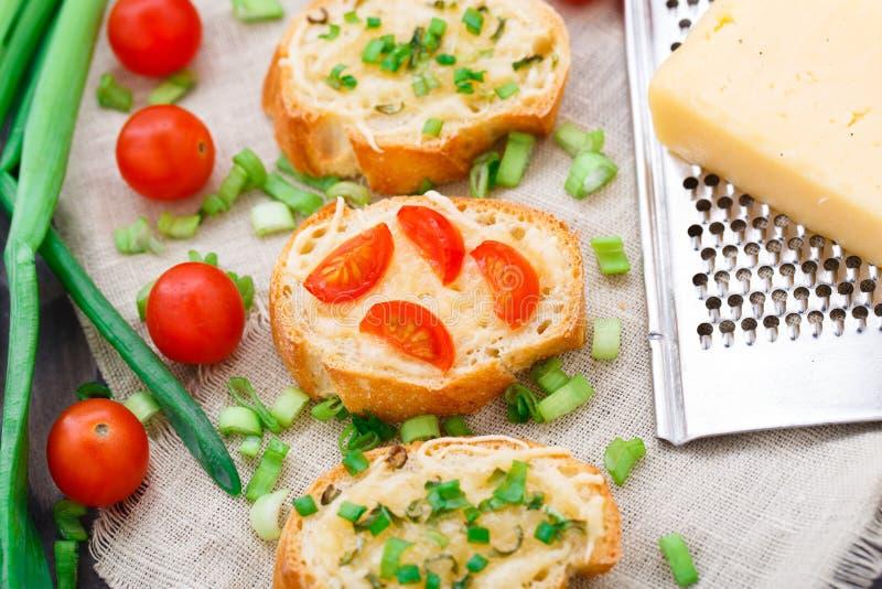 Bruschette avec les tomates-cerises et l'oignon blanc photos stock
