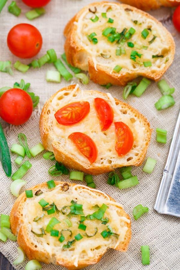 Bruschette avec les tomates-cerises et l'oignon blanc photos libres de droits