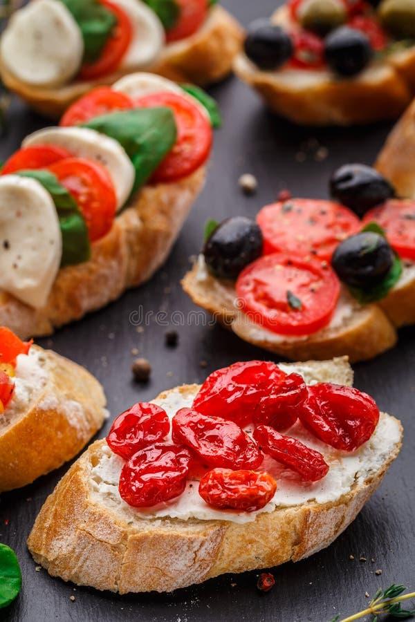 Bruschette avec les tomates-cerises sèches photo stock