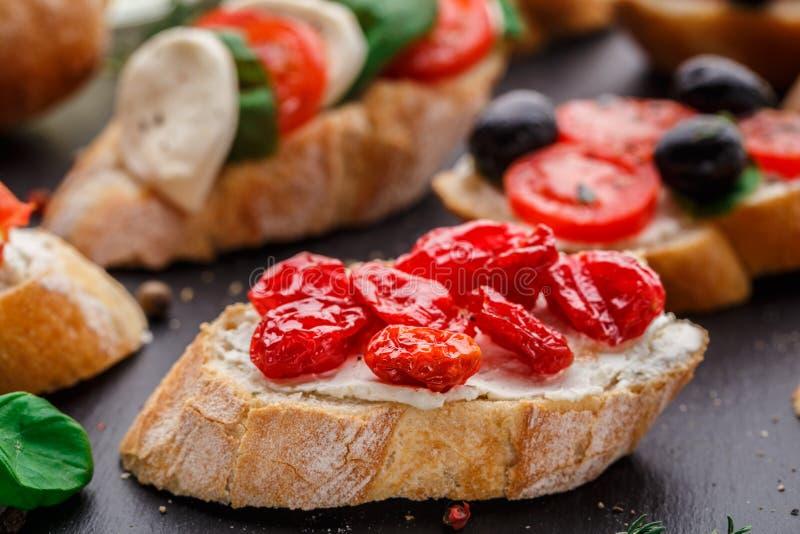 Bruschette avec les tomates-cerises sèches image libre de droits