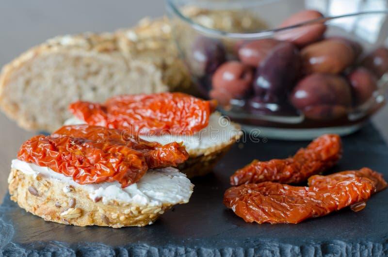 Bruschette avec les tomates sèches et le witholiv de fromage à pâte molle photographie stock libre de droits