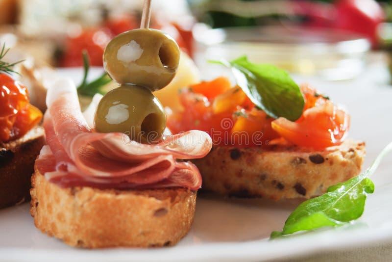 Bruschette com tomate e azeitonas imagem de stock