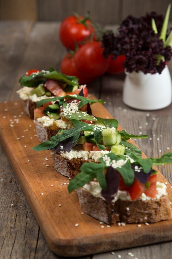 Bruschette com tomate fresco e queijo derretido imagem de stock