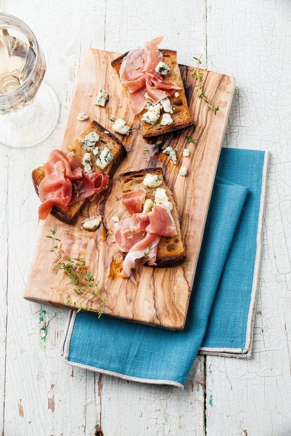 Bruschette con formaggio blu ed il prosciutto fotografia stock libera da diritti