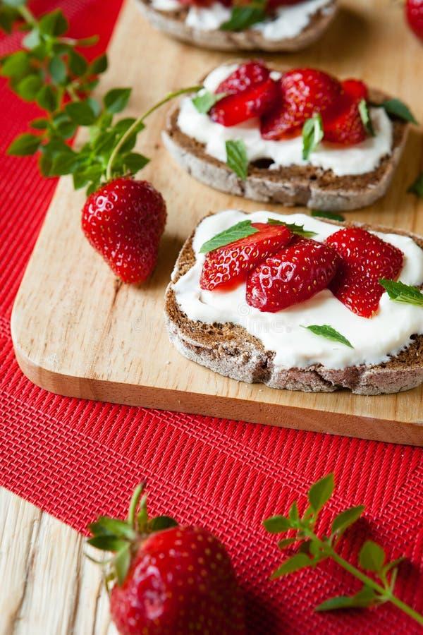 Bruschette d'été avec des fraises pour le petit déjeuner image stock