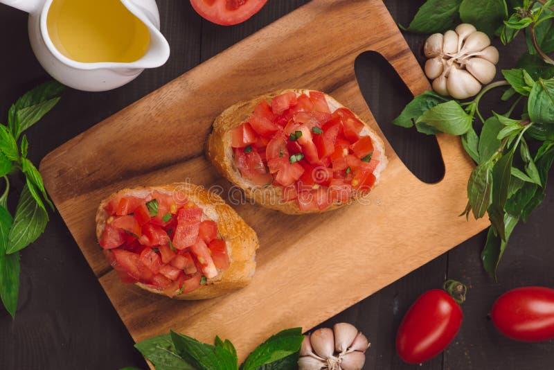 Bruschette d'apéritif avec des tomates, des olives et des herbes Cu italien photos libres de droits