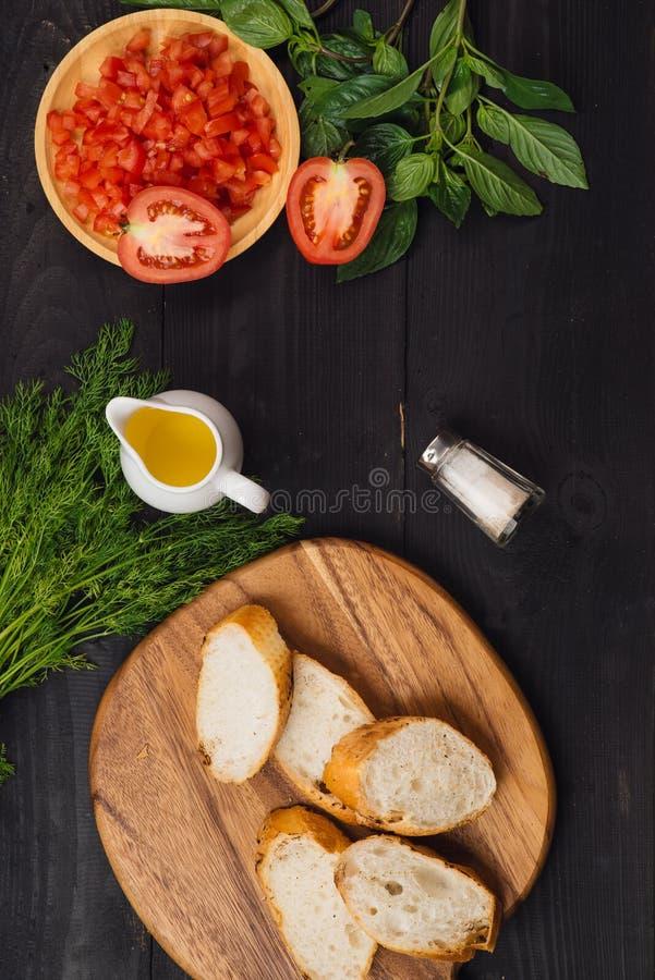 Bruschette d'apéritif avec des tomates, des olives et des herbes Cu italien images stock