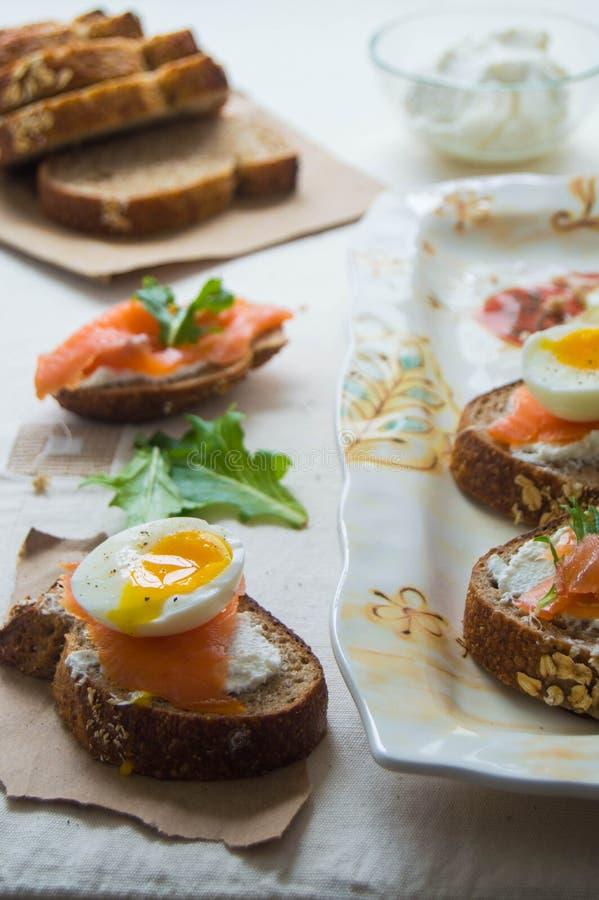 Bruschette de saumons et d'oeufs photographie stock libre de droits