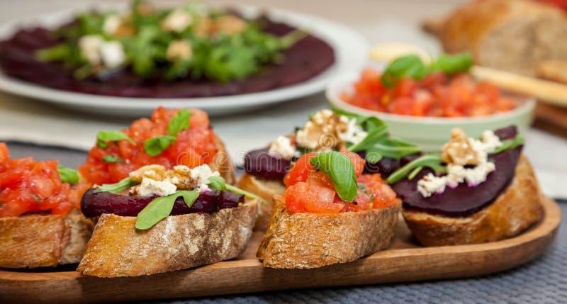 Bruschette et sandwich avec les betteraves, carpaccio de betterave sur le fond photos libres de droits
