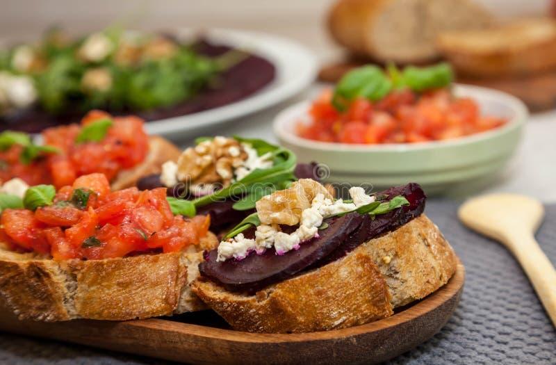 Bruschette et sandwich avec les betteraves, carpaccio de betterave sur le fond photo libre de droits