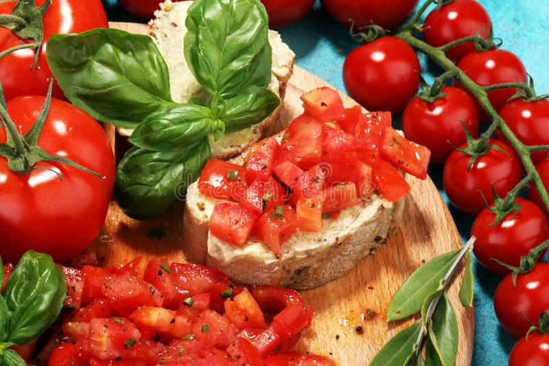 Bruschette fraîche de tomate apéritif italien de nourriture avec le basilic photo stock