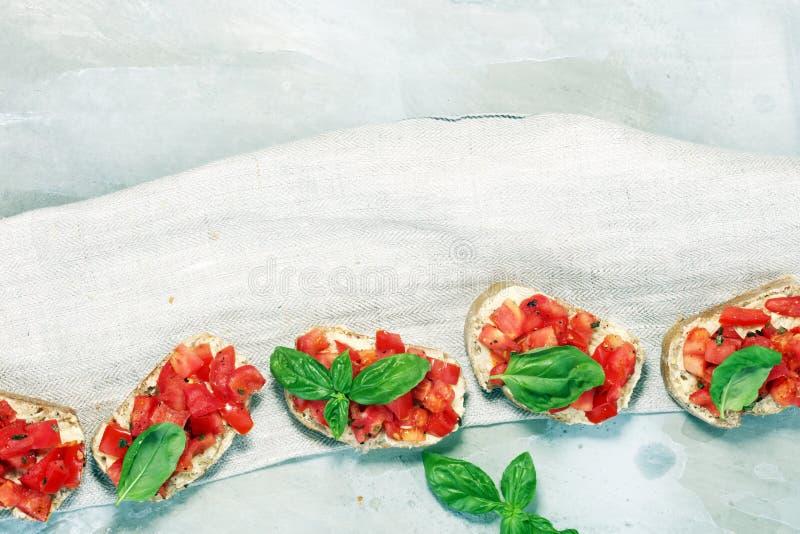 Bruschette fraîche de tomate apéritif italien de nourriture avec le basilic photographie stock libre de droits