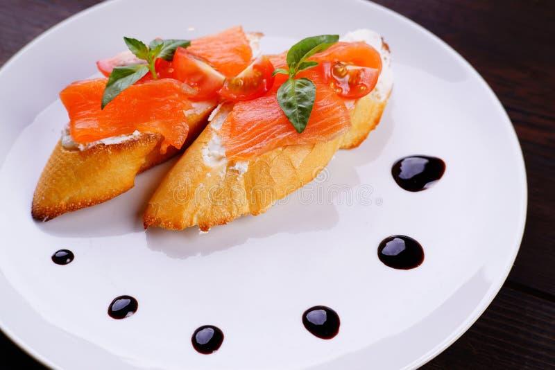 Bruschette italienne d'antipasto avec les saumons fumés photo stock