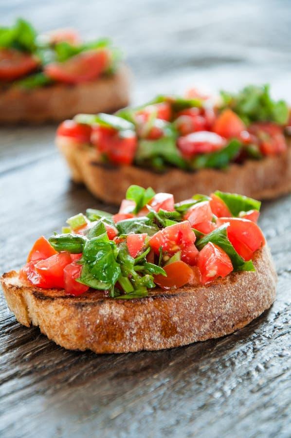 Bruschette italienne de tomate avec les légumes coupés photos libres de droits