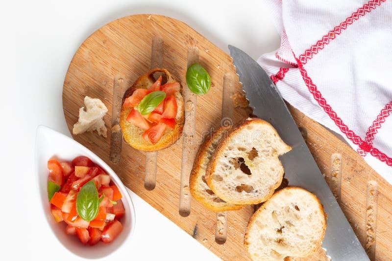Bruschette organique faite maison de tomates de vegan de concept sain de nourriture avec la baguette rôtie avec l'espace de copie image libre de droits