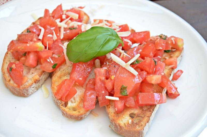 Bruschette z pomidorem, serem i basilem, zdjęcie royalty free