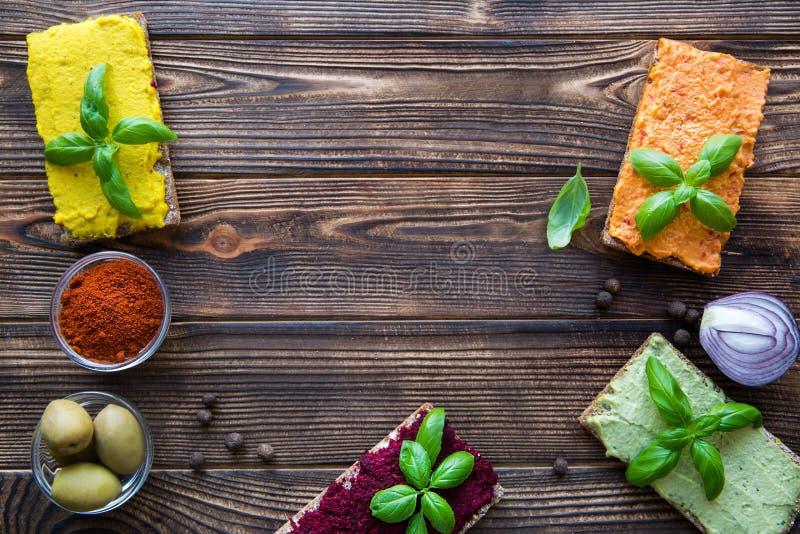 Bruschettes végétariennes avec l'assortiment du houmous L'espace pour le texte image libre de droits