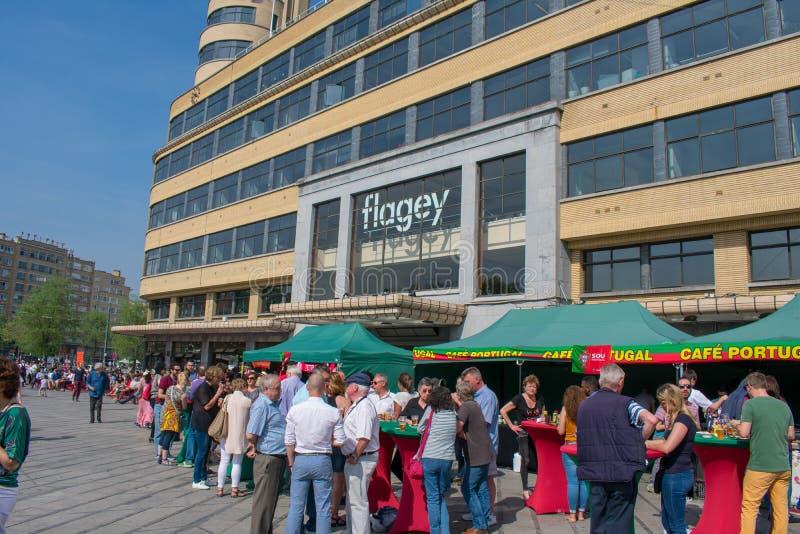 Bruselas, Bélgica - 21 de abril de 2018: Fest popular portugués delante del cuadrado del flagey el día soleado foto de archivo libre de regalías