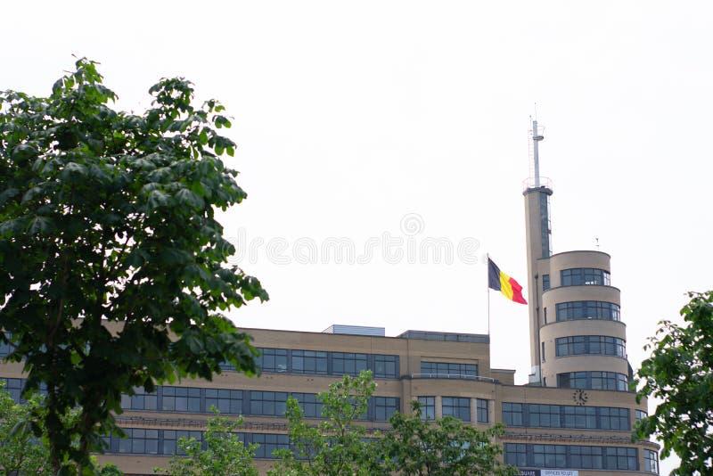 Bruselas, Bélgica - 18 de junio de 2018: Bandera belga al lado del edificio, lugar Flagey imagen de archivo