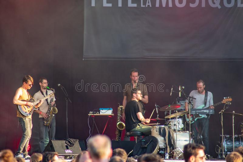 Bruselas, Bélgica - 22 de junio de 2019: Ciérrese para arriba de la banda de YÔKAÏ que juega en festival de la musique fotografía de archivo